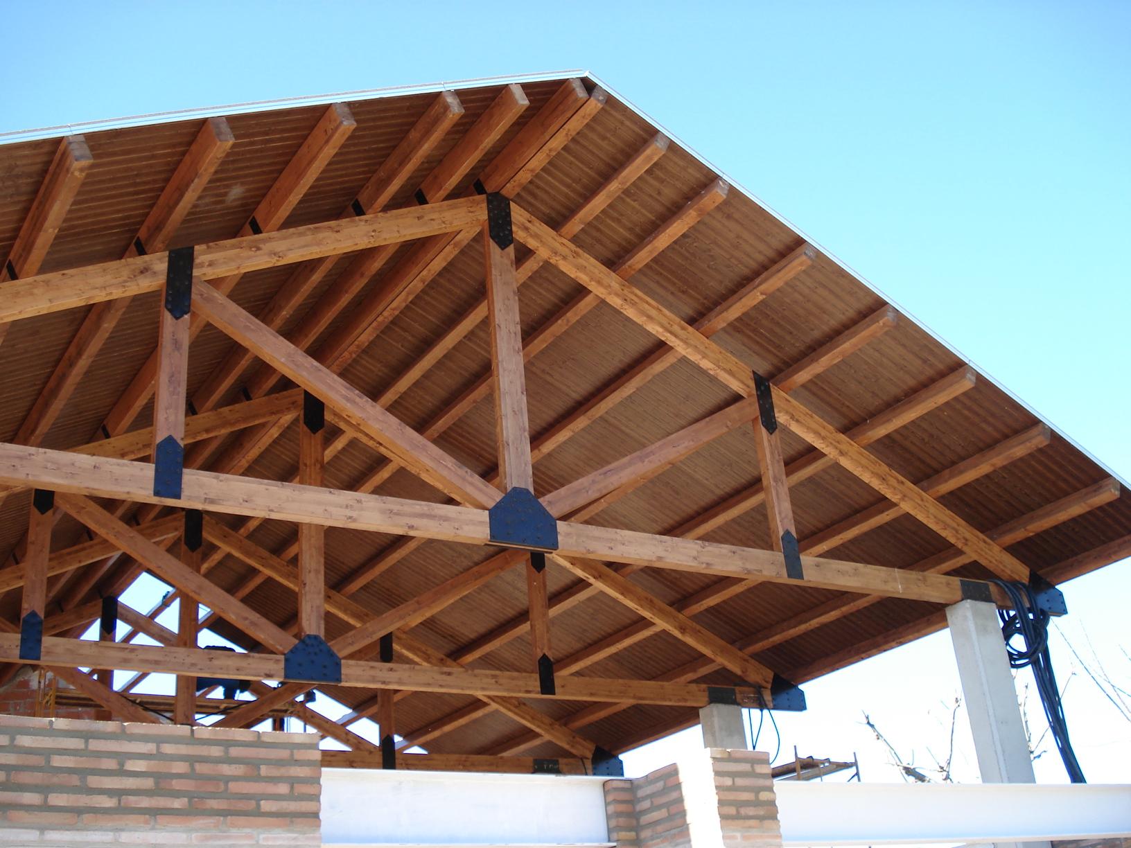 Grandes luces incofusta fabrica de madera en valencia for Tejados de madera a 4 aguas
