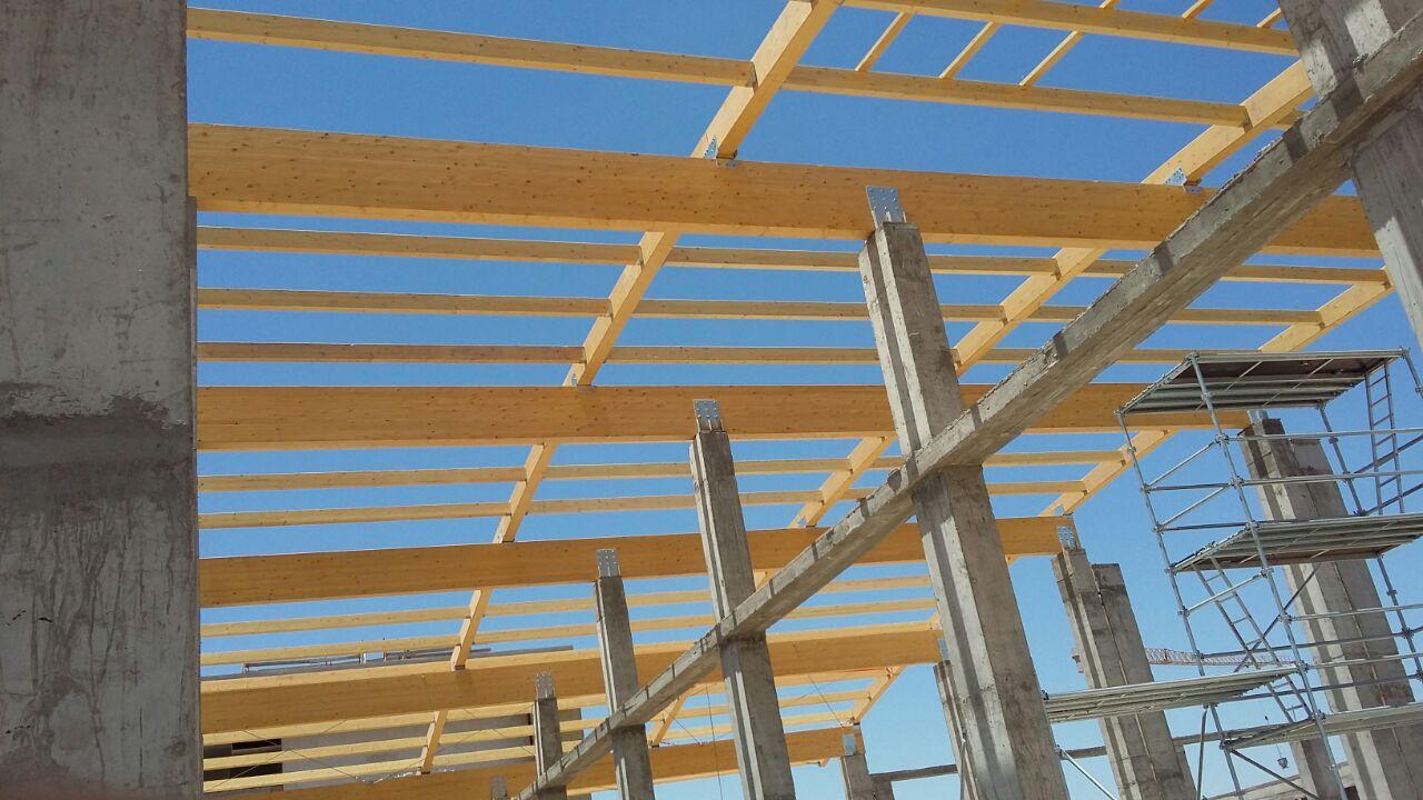 Vigas de madera laminada de pino incofusta fabrica de for Tejados vigas de madera